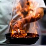 Kock lagar mat för konferensgäster