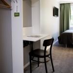 Hotellrum med skrivbord och sittplats